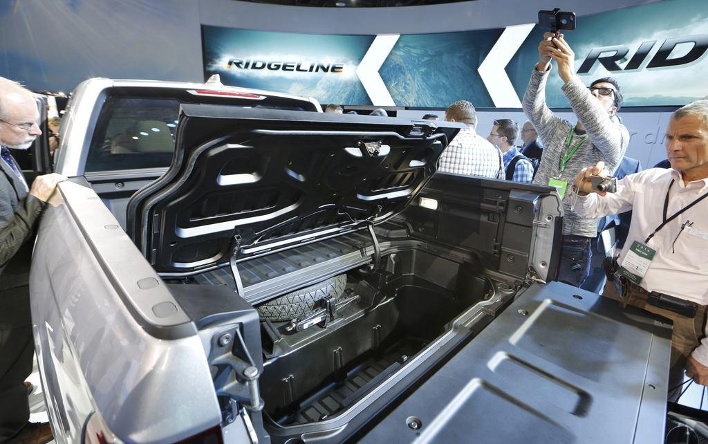 リッジラインAttendees look over the 2017 Honda Ridgeline ...