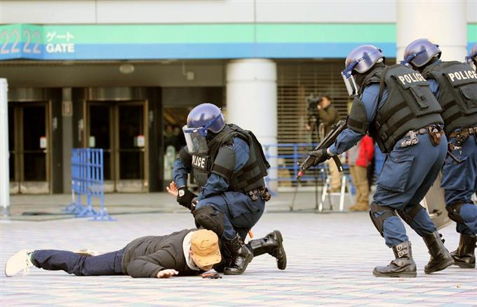 東京ドームで行われたテロ対策訓練で、テロリストを制圧する銃器を持った警視庁の機動隊員 =9日、東京都文京区(早坂洋祐撮影)