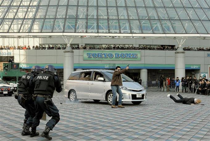 東京ドームで行われたテロ対策訓練で、テロリストを狙撃する警視庁の機動隊員 =9日、東京都文京区(早坂洋祐撮影)