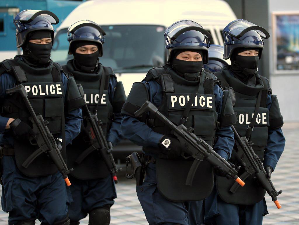 東京ドームで行われたテロ対策訓練で、銃器を持つ警視庁の機動隊員 =9日、東京都文京区(早坂洋祐撮影)