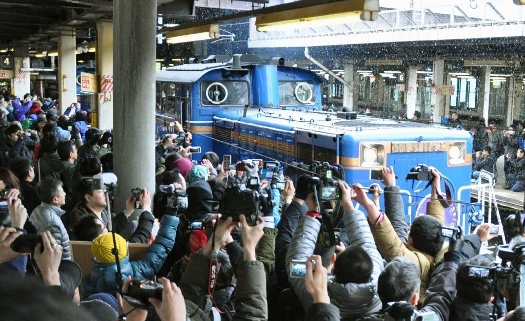 産経フォト歓声と拍手、最後の旅へ カシオペアが札幌出発