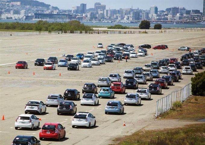 パレードのために集まったハイブリッド車=23日、米カリフォルニア州アラメダ(トヨタ提供・共同)