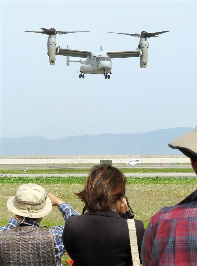 米軍岩国基地の「日米親善デー」で、航空ショーに初めて参加したオスプレイ=5日、山口県岩国市
