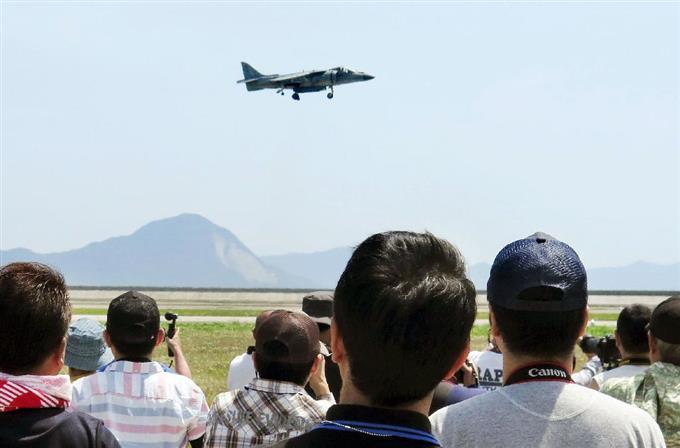 米軍岩国基地「日米親善デー」の航空ショーに登場した、AV8Bハリアー垂直離着陸機=5日、山口県岩国市