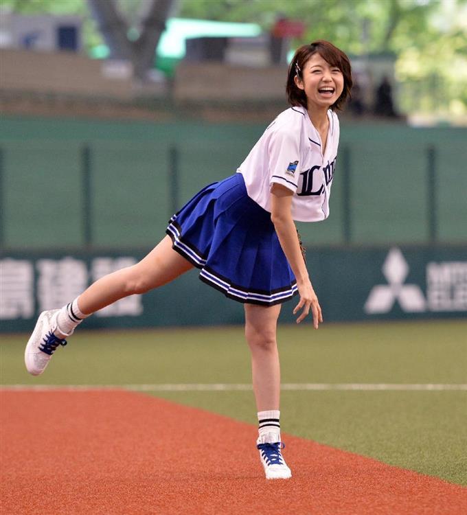 本番前に投球練習する中村静香 =西武プリンスドーム 撮影・高橋朋彦