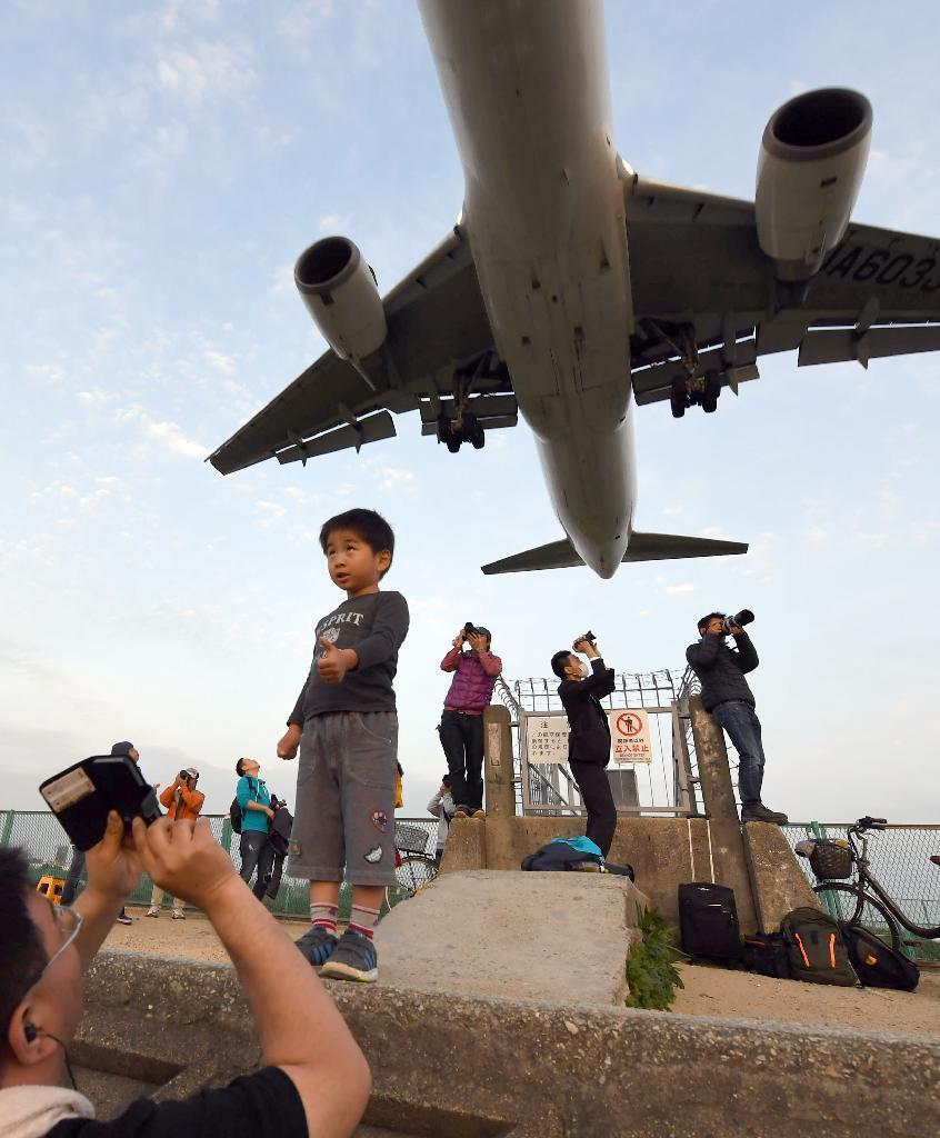 産経フォトview 頭上かすめて光の海へ 大阪・兵庫 伊丹空港
