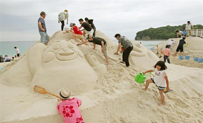 和歌山県白浜町で行われた「砂まつり大会」。くまモンの砂像も登場した=29日