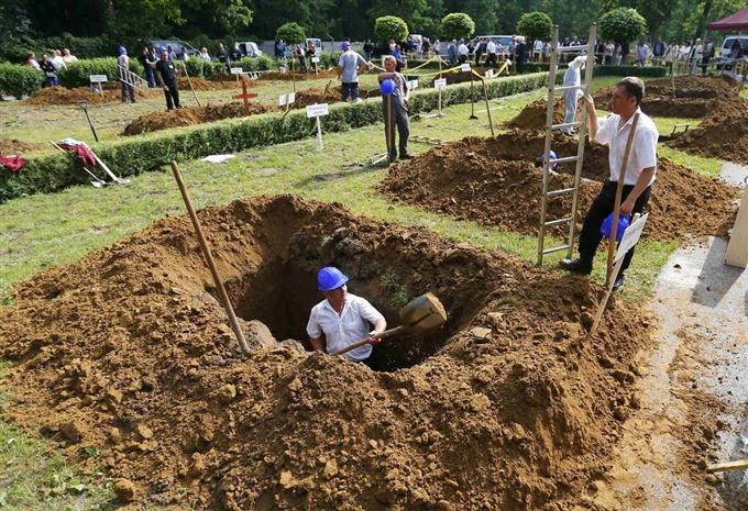 墓穴掘り」の腕競う ハンガリー ...