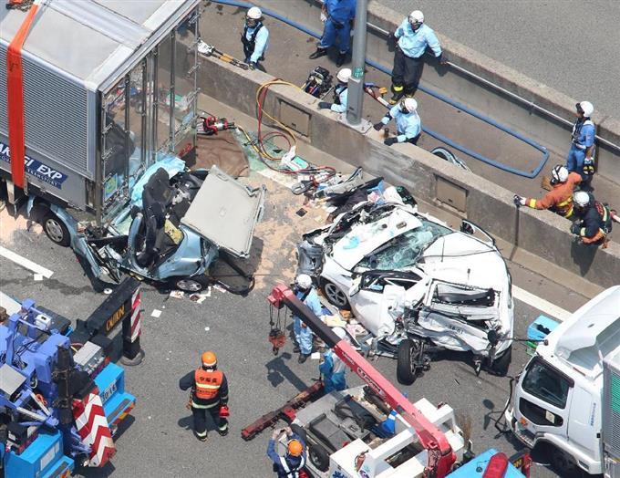 阪神高速湾岸線で多重衝突事故、1人死亡1人重傷: …