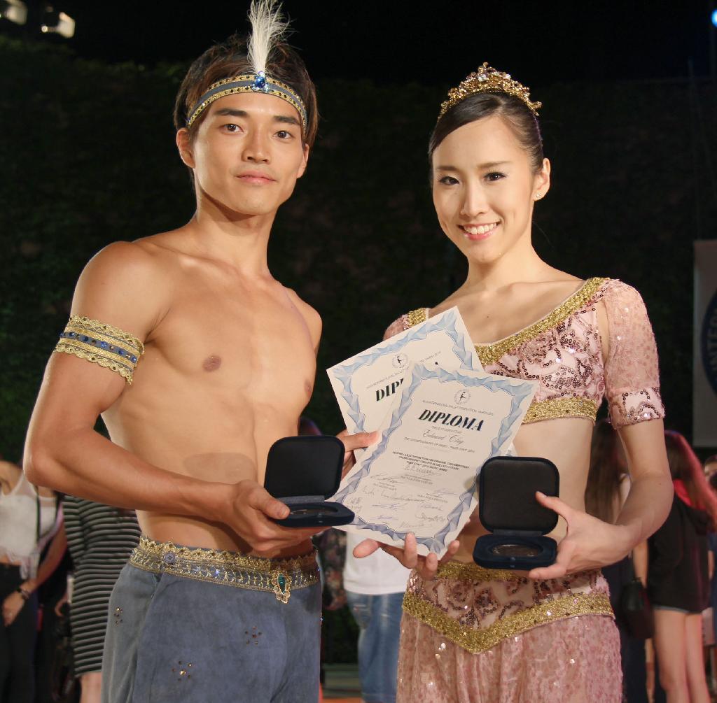 中島麻美 バルナ国際バレエコンクールの授賞式後、メダルを手にする大巻
