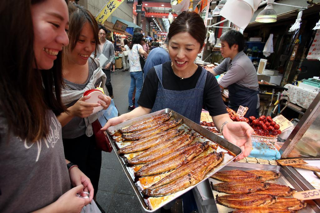 ウナギ「うまいものはうまい」 高値の花でも盛況・大阪の黒門市場 ...