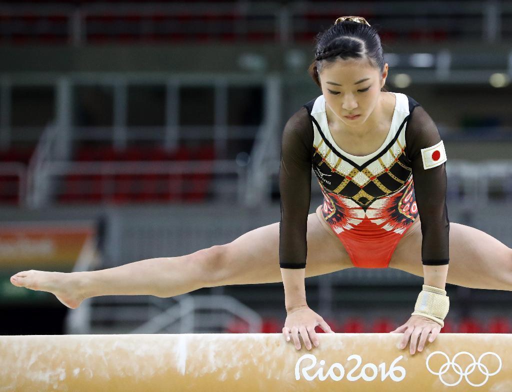 体操女子 本番会場で平均台の練習をする寺本明日香=4日、リオ