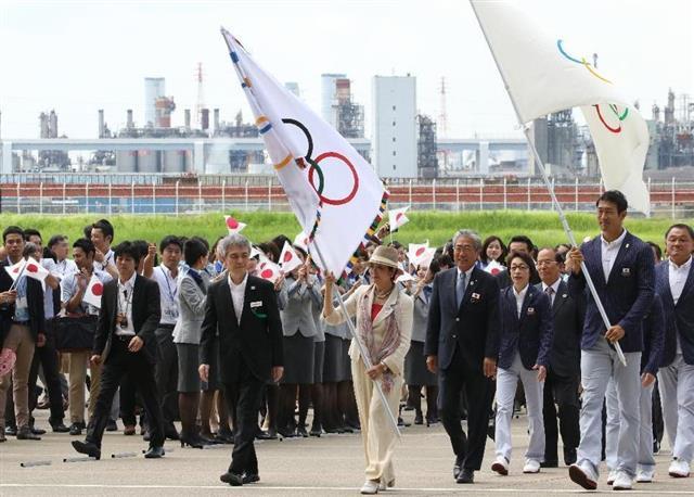 五輪旗、東京に リオ五輪日本選...