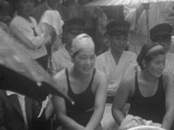 プールの竣工式に招かれた前畑秀子さん(中央) ... プールの竣工式に招かれた前畑秀子さん =1