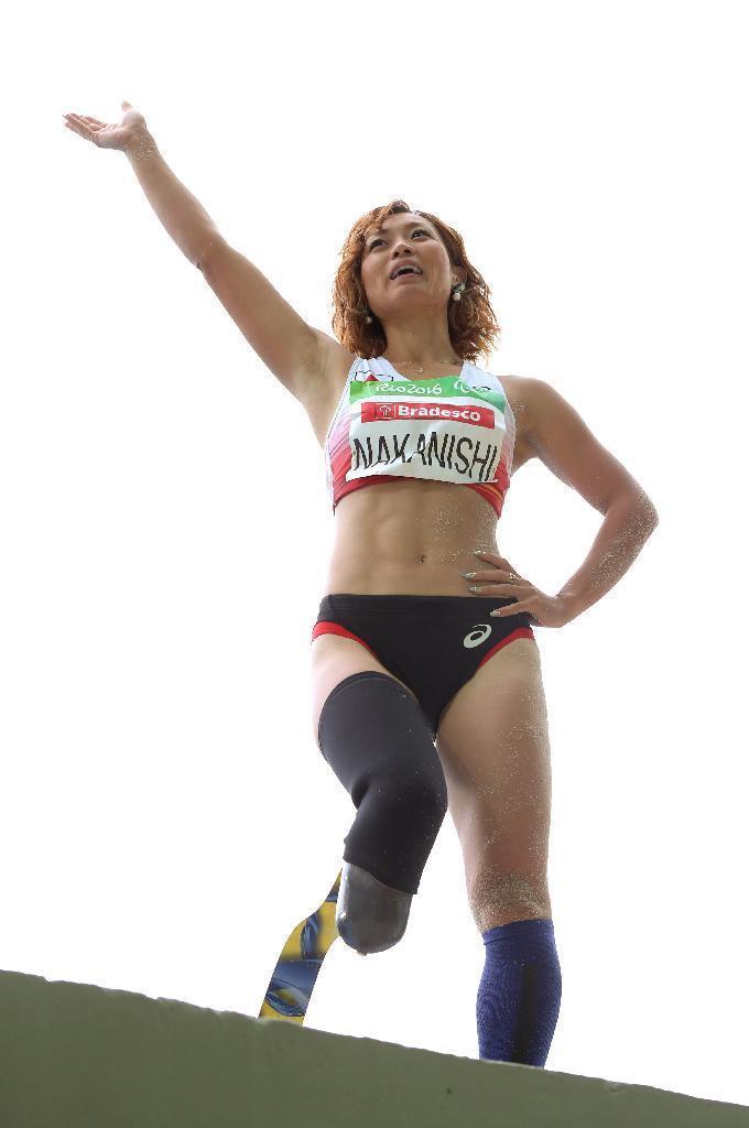 競技を終え、声援に応える女子走り幅跳びの中西麻耶=リオデジャネイロ(蔵