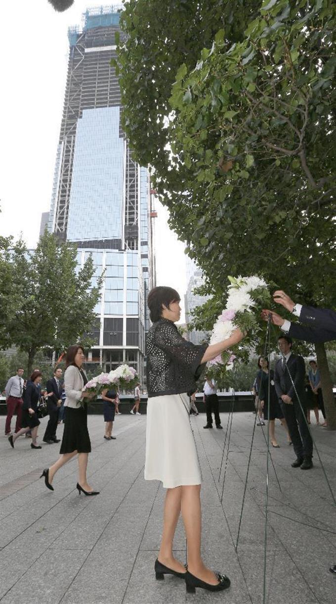 世界貿易センタービルの跡地「グラウンド・ゼロ」... 、献花する安倍昭恵首相夫人。奥は岸田裕子外