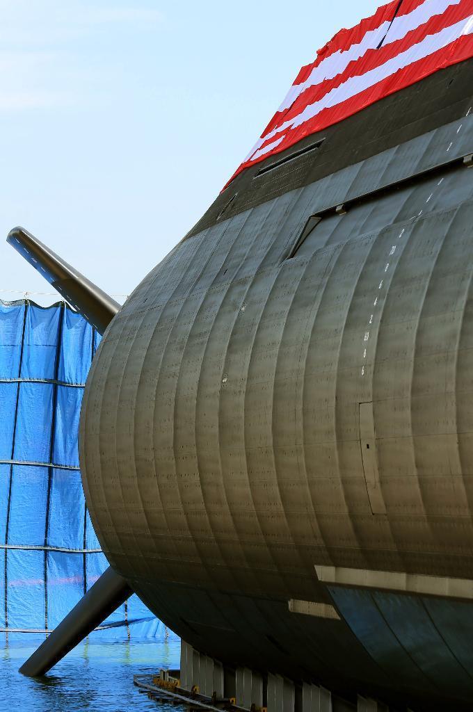 潜水艦「せいりゅう」進水式 三菱重工神戸造船所で進水式が行われた海上自衛隊潜水艦「せいりゅう」 そうりゅう型の特徴的なX舵の一部と表面のタイルがうかがえる=12日午前、神戸市兵庫区(彦野公太朗撮影)