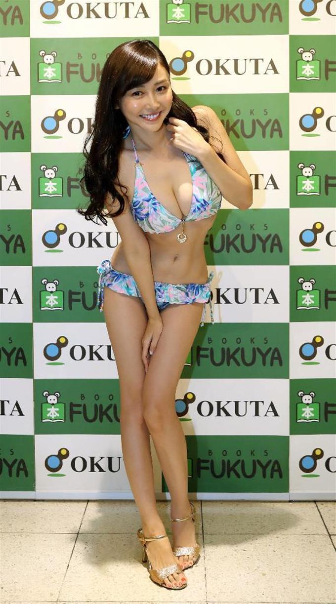 杉原杏璃 トレカ発売記念イベントでポーズをとる杉原杏璃 =東京都新宿区