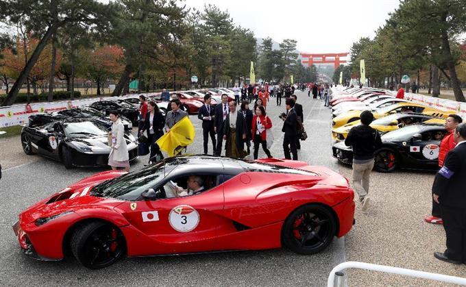 平安神宮前にフェラーリ70台 「...