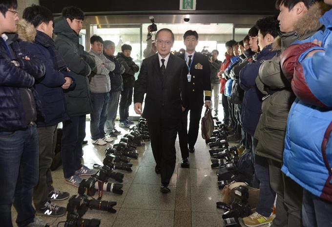 カメラ置いて抗議 日韓軍事情報...