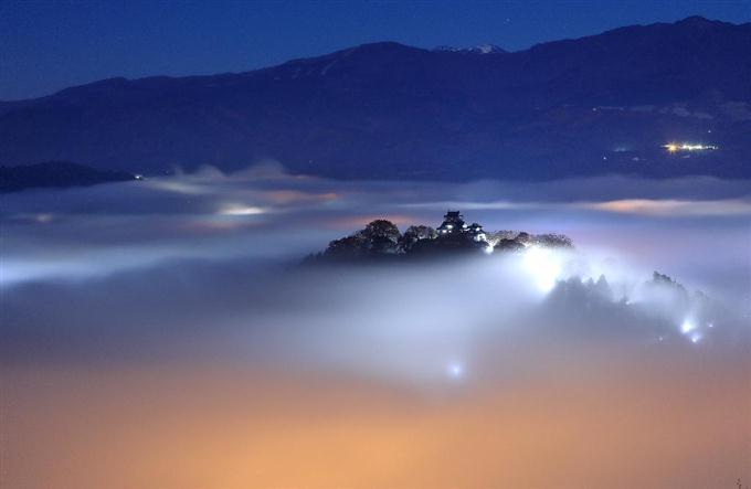 "view 光の雲に浮かぶ""天空の城"" 福井県大野市の越前大野城 ..."