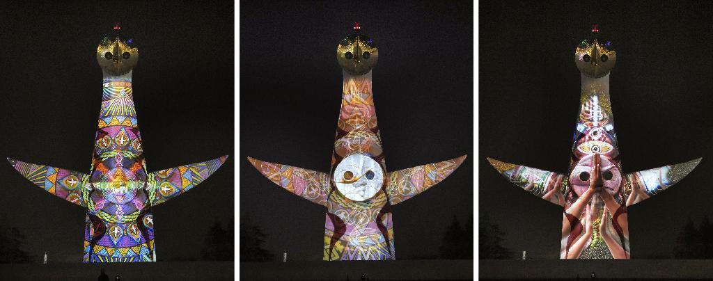 産経フォト太陽の塔に火の鳥舞う クリスマス前に映像投影
