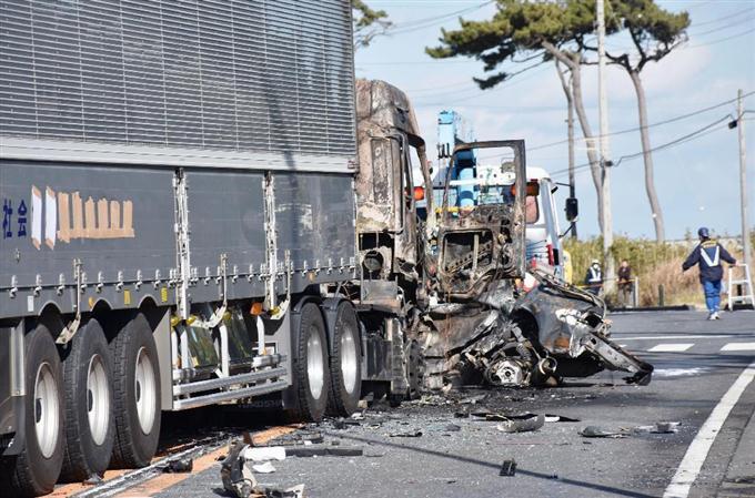 トラックと衝突、1人死亡 茨城 -...