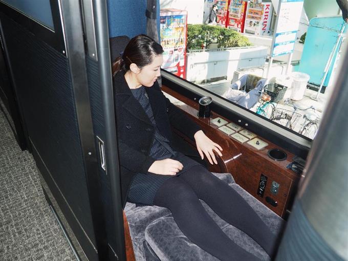 両備HDと関東バスが東京-大阪間に導入する夜行高速バスの個室に区切られた座席=11日、東京都中野区