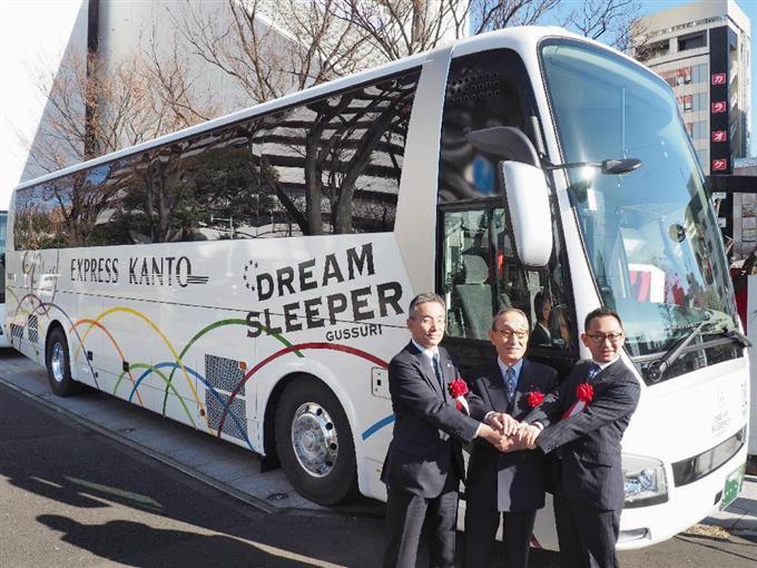 導入する高速バスの前で握手を交わす両備HDと関東バスの首脳=11日、東京都中野区