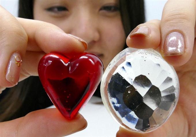 3月14日のホワイトデーを控え、期間限定で販売されている宝石あめ「スイートジュエル」=榮太樓總本鋪(原田史郎撮影)