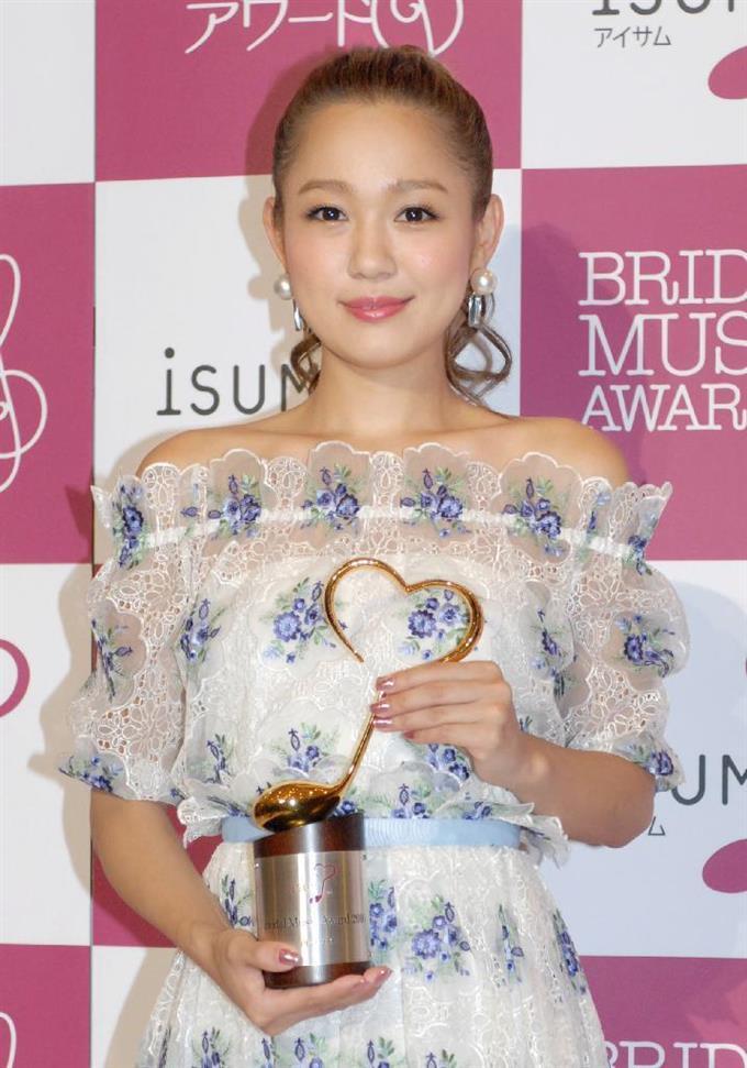 「2016年度 ISUMブライダルミュージックアワード」を受賞した西野カナ=15日