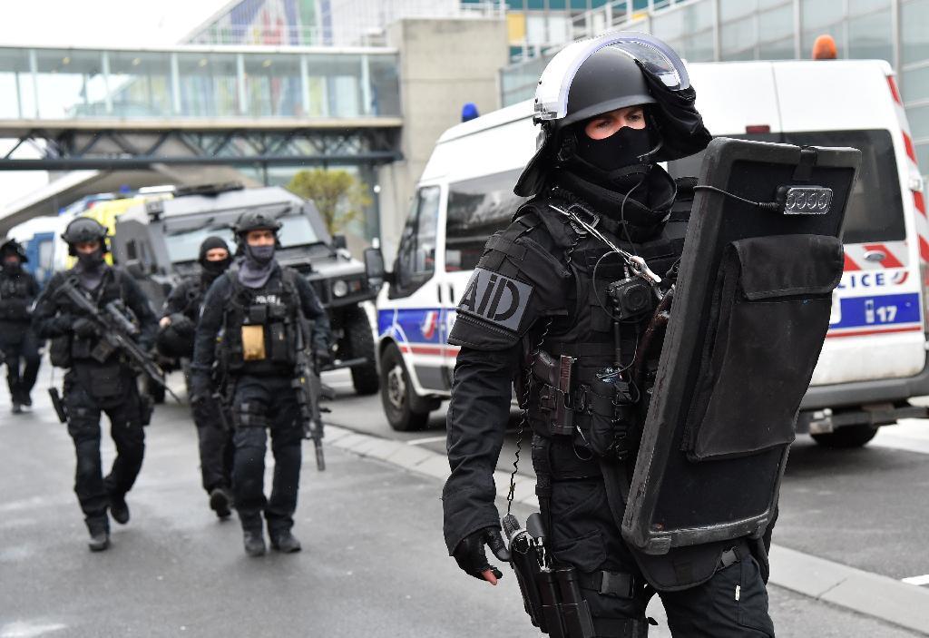 18日、パリ郊外オルリ空港で警戒に当たる警察の特殊部隊(ゲッティ=共同)
