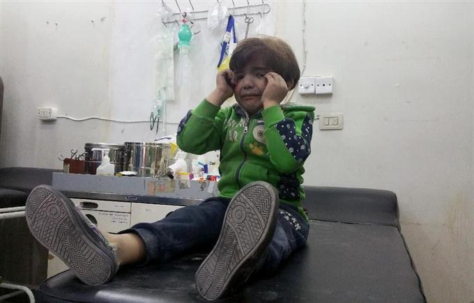 4日、シリア北西部イドリブ県でアサド政権によるとみられる攻撃を受け、病院で手当てを受ける子ども(ゲッティ=共同)