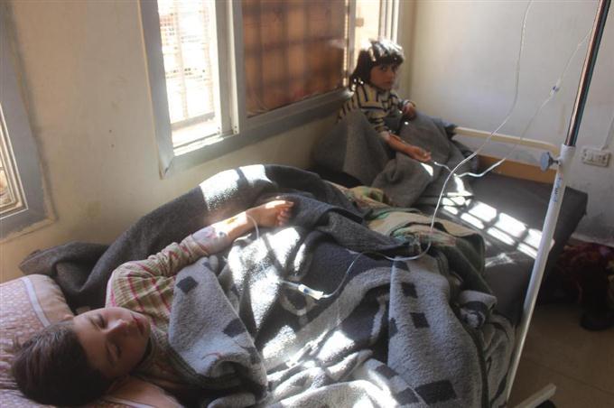 4日、シリア北西部イドリブ県でアサド政権によるとみられる攻撃を受け、病院で治療を待つ子どもたち(ゲッティ=共同)