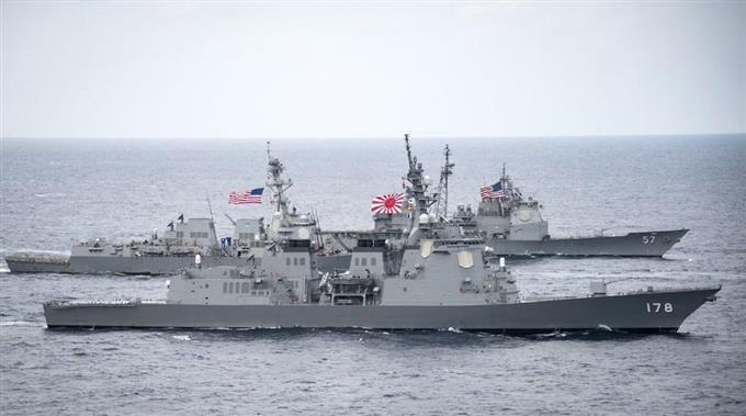 米軍の空母打撃群のミサイル巡洋艦(奥)と並走する海上自衛隊の護衛艦「あしがら」。撮影日と場所は不明(米太平洋軍のツイッターより・共同)