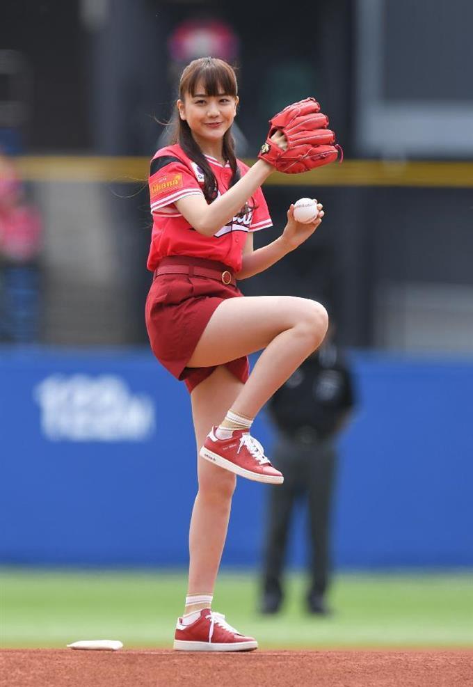 始球式の松井愛莉さん