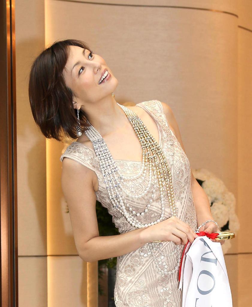 産経フォト米倉涼子、「緊張しています!」総額2億円の豪華ジュエリーをまとって登場