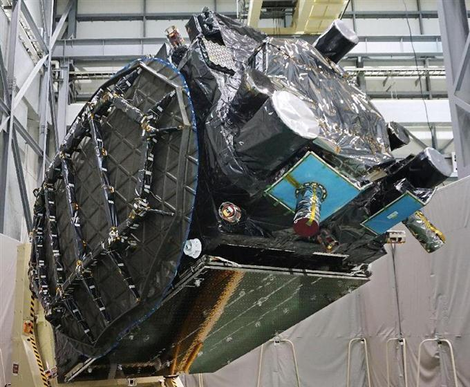 報道陣に公開された、政府の衛星「みちびき3号機」=15日午後、神奈川県鎌倉市