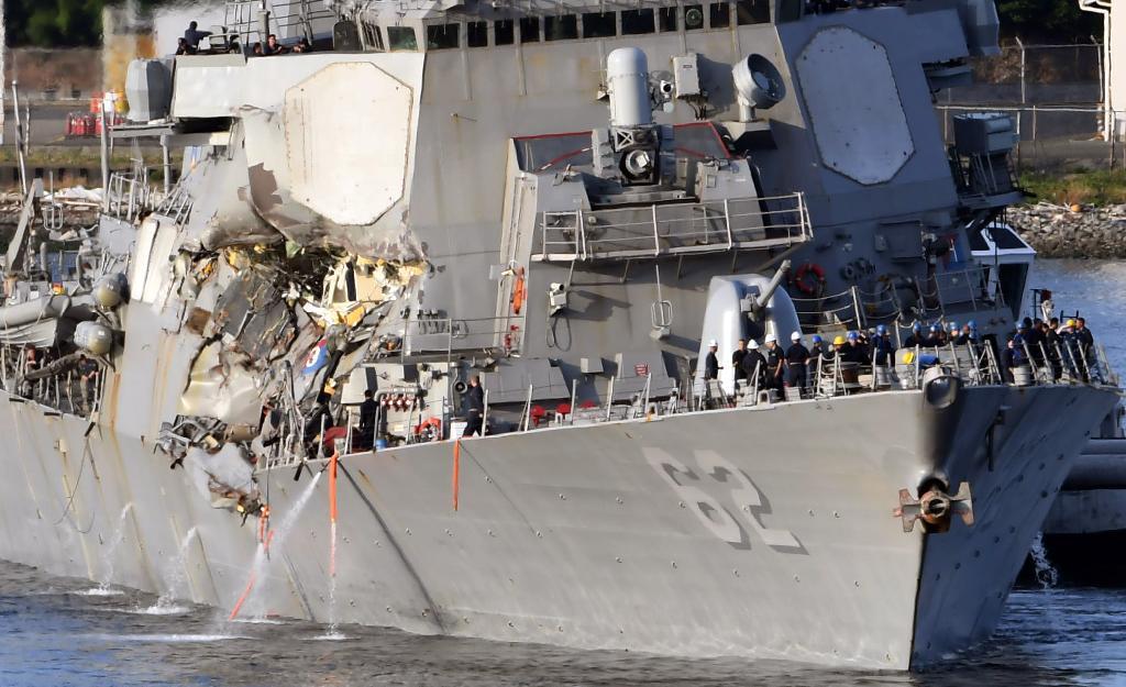 コンテナ船と衝突し破損、横須賀基地へと向かう米海軍のイージス駆逐艦フィッツジェラルド =17日午後、神奈川県横須賀市(川口良介撮影)