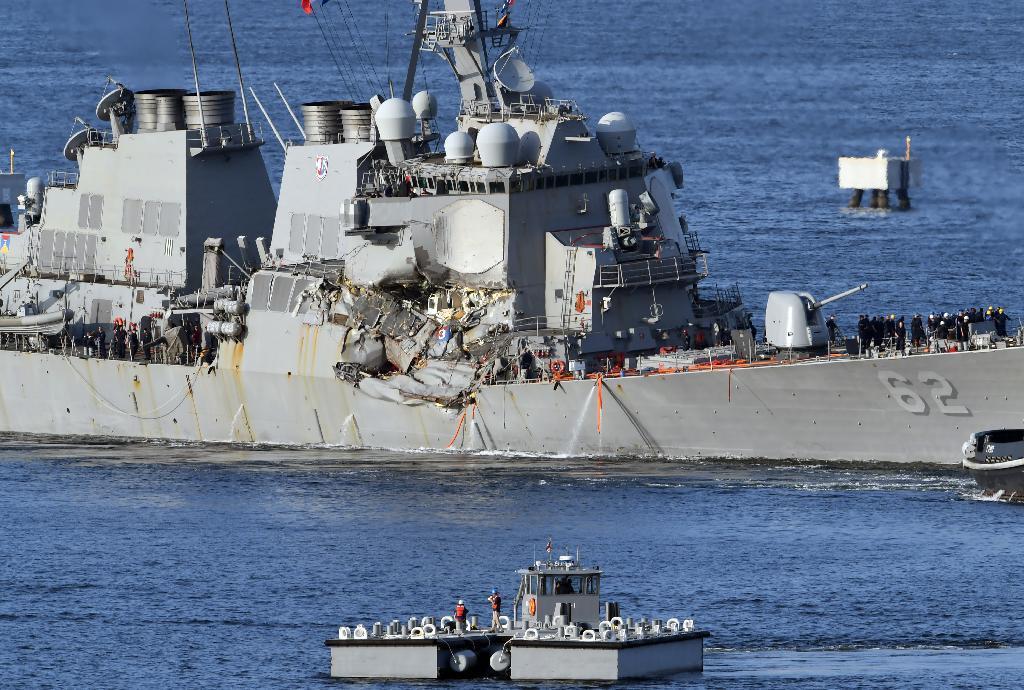 コンテナ船と衝突し、横須賀基地へと向かう米海軍のイージス駆逐艦フィッツジェラルド =17日午後、神奈川県横須賀市(川口良介撮影)