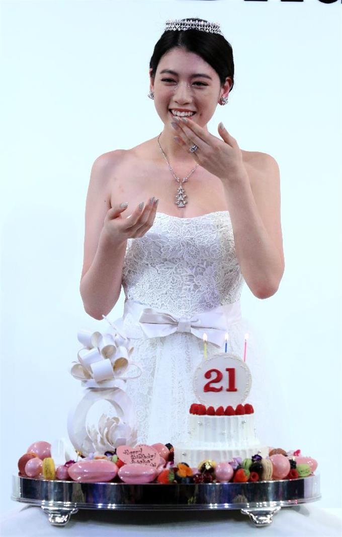 ドレスの三吉彩花