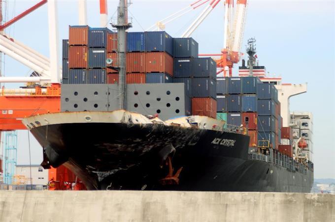 横浜港に移動したコンテナ船ACXクリスタル=19日午前7時17分