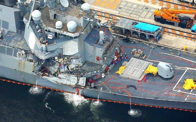 コンテナ船と衝突し損傷した米海軍イージス駆逐艦フィッツジェラルド=18日午前、神奈川県・米海軍横須賀基地
