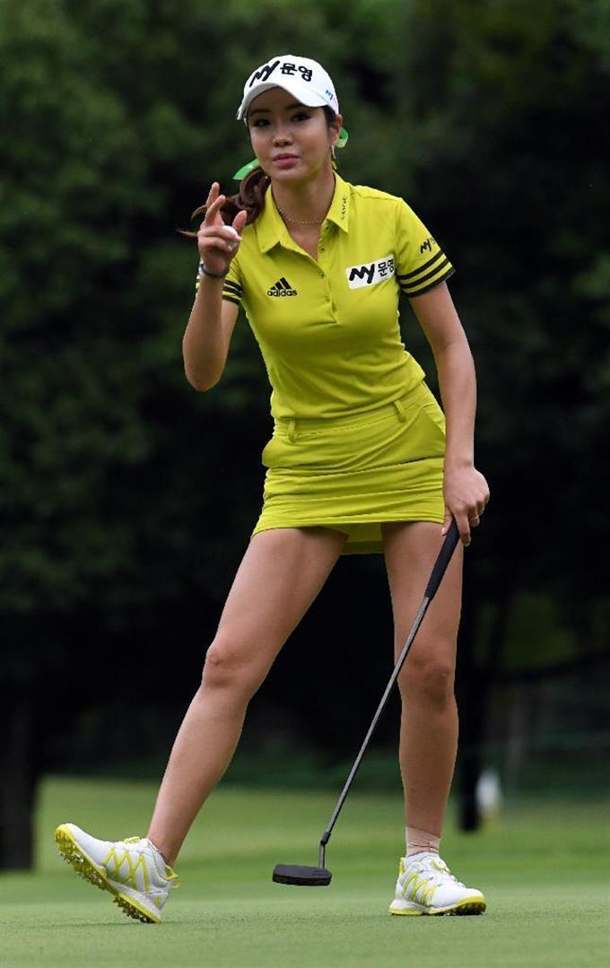 ミニスカ姿で悩殺する韓国の美人プロゴルファー