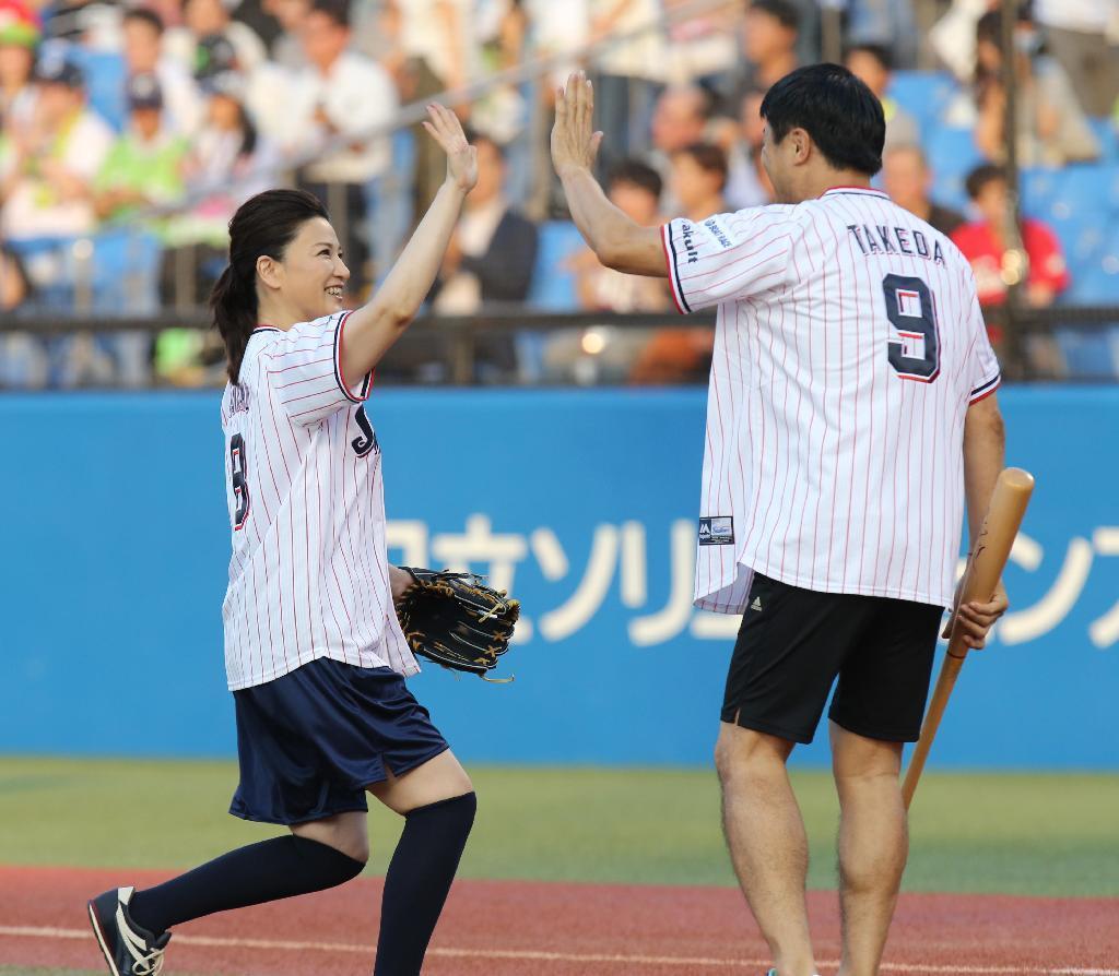 島崎和歌子ワンバン始球式 武田が左翼線にはじき返す - 読んで見フォト ...