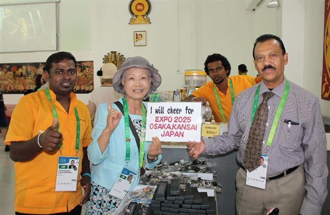 万博のスリランカのパビリオンで、大阪誘致への協力を求める山田外美代さん(左から2人目)=3日、カザフスタン・アスタナ(山田さん提供・共同)