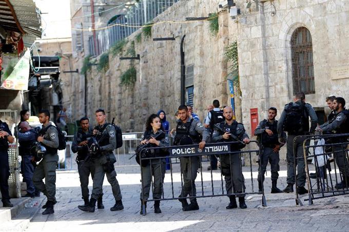 聖地で銃撃、警官2人死亡 イスラ...