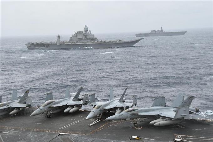 共同訓練「マラバール」で、米原子力空母ニミッツ(手前)と並んで航行する海上自衛隊の護衛艦いずも(奥)とインド海軍空母ビクラマディティヤ(中央)=17日、ベンガル湾(共同)
