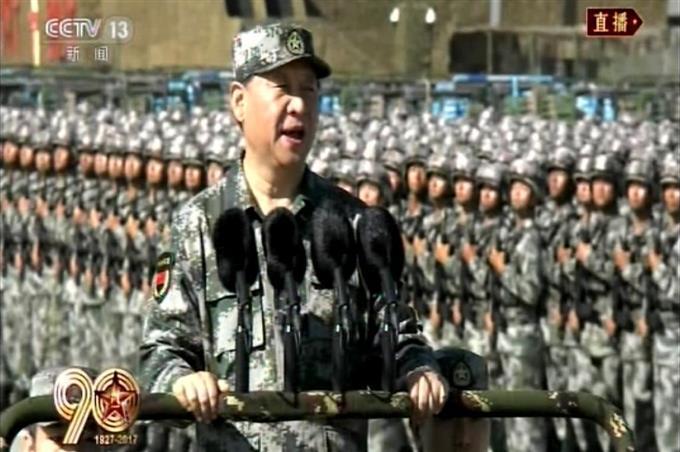 中国軍創設90年で閲兵 習主席、...