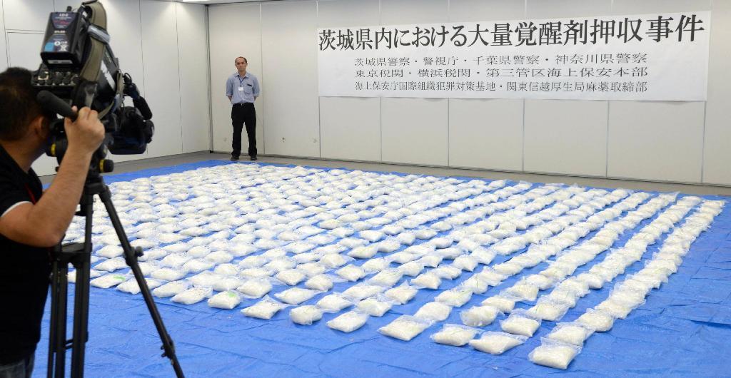 茨城県警が公開した県内で押収された約480キロの覚醒剤=30日午後、水戸市の県警本部(鴨川一也撮影)